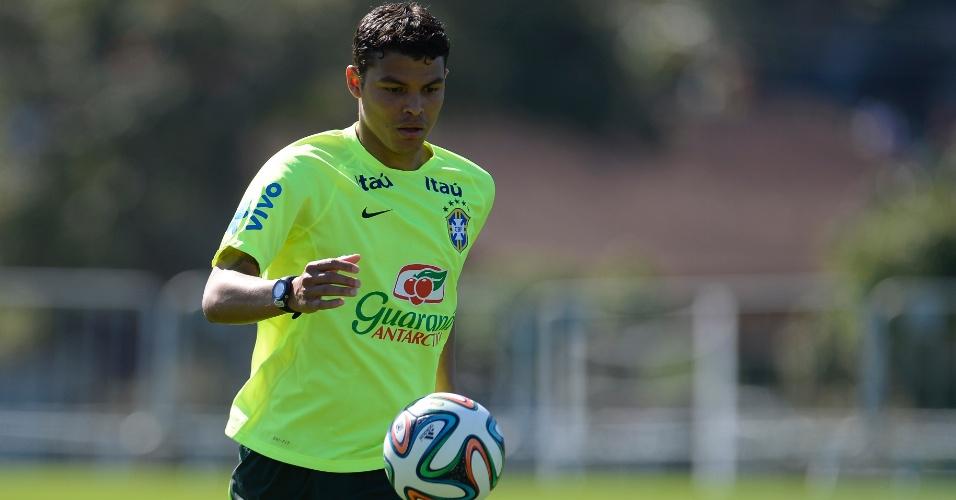 Thiago Silva domina bola durante treino da seleção brasileira na Granja Comary