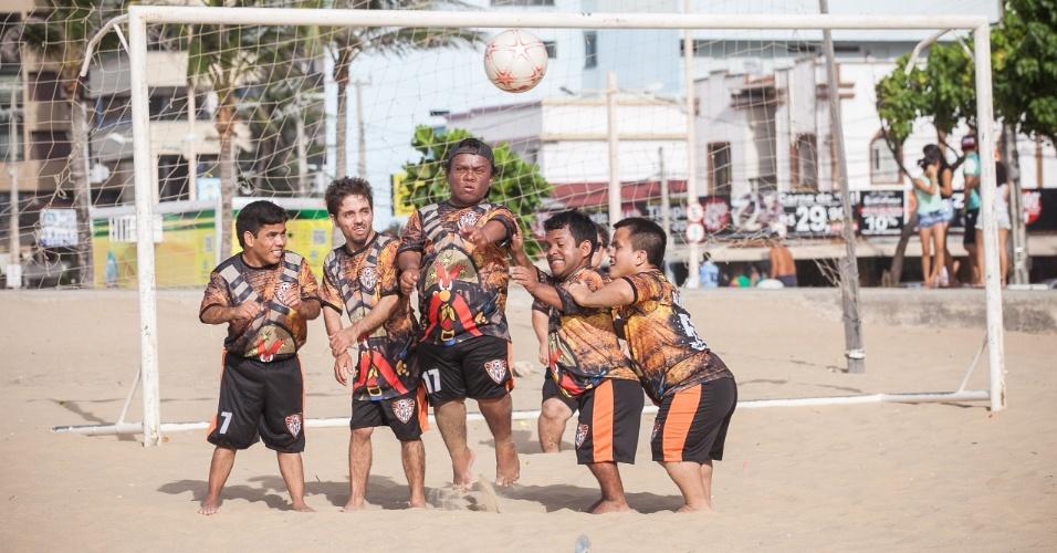 Time de futebol Gigantes do Cangaço, composto só por anões, se apresenta nas areias da praia de Iracema, em Fortaleza