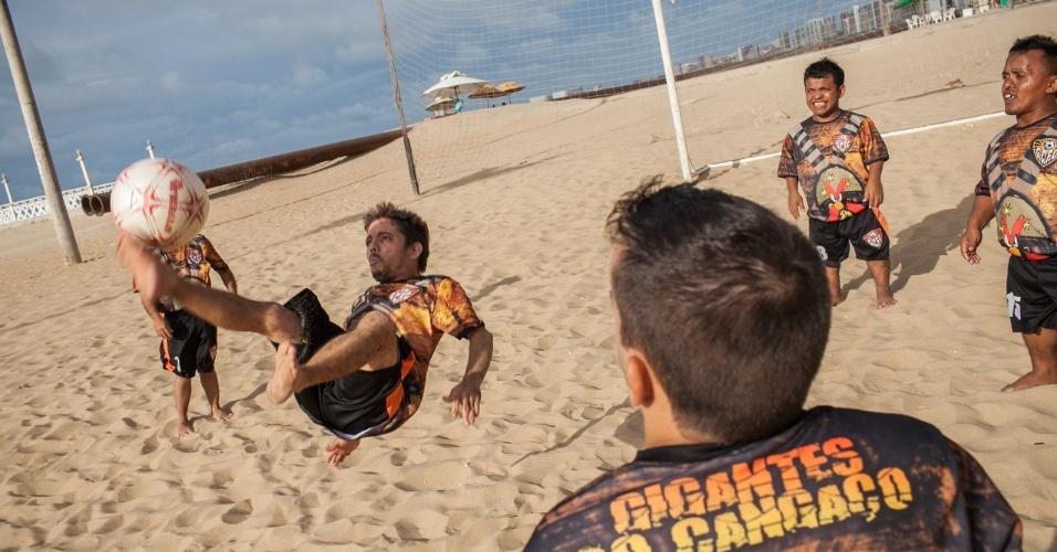 Um dos jogadores do time de anões manda uma bicicleta durante um jogo na praia de Iracema, em Fortaleza