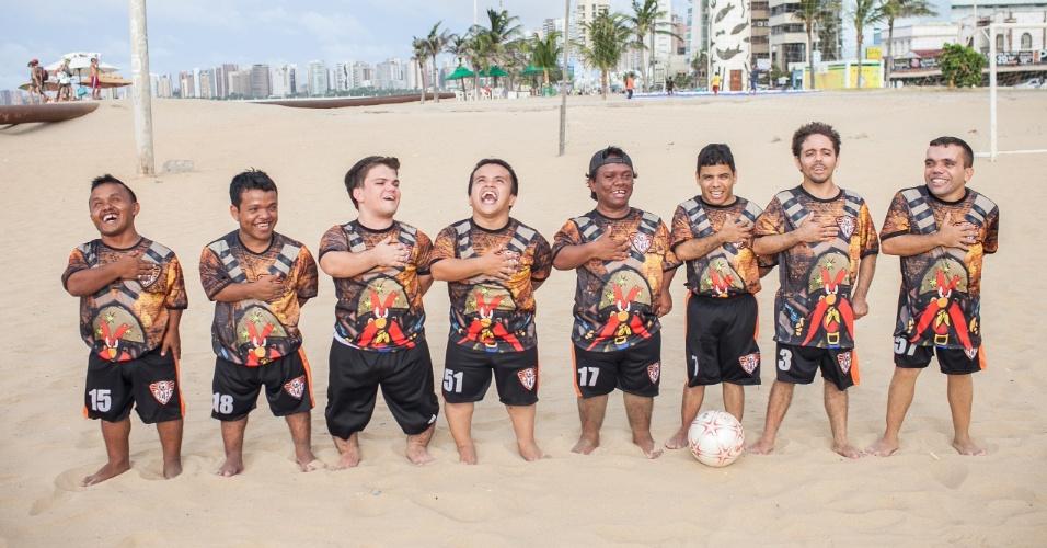 Time de futebol Gigantes do Cangaço, composto só por anões, fica perfilado para o Hino Nacional antes de uma partida