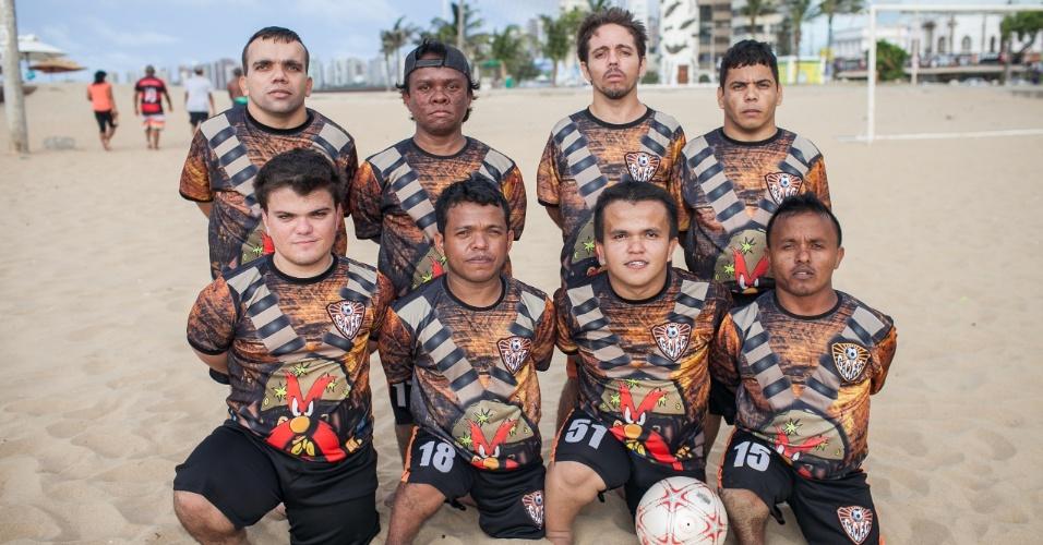 Time de futebol Gigantes do Cangaço, composto só por anões, faz pose para foto oficial antes de jogo na praia de Iracema, em Fortaleza