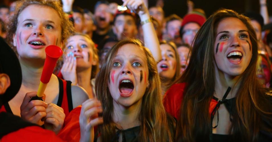 Torcedoras belgas comemoram de Bruxelas a classificação às quartas de final após vitória sobre os Estados Unidos na prorrogação