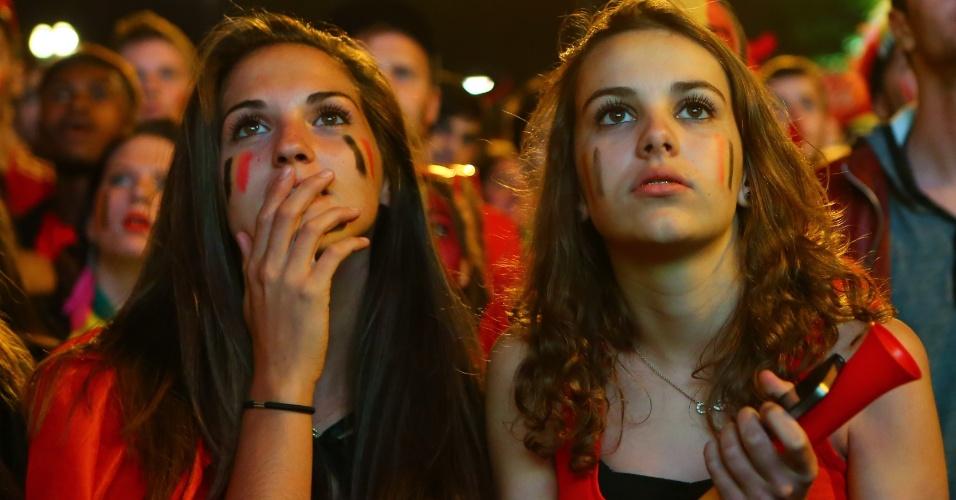 Torcedoras belgas em Bruxelas assistem ao jogo das quartas de final contra os Estados Unidos na prorrogação