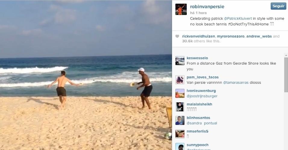 Van Persie brinca de frescobol na praia, com Kluivert, assistente técnico da Holanda, no Rio