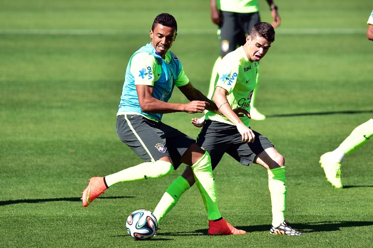 Luiz Gustavo disputa bola com Oscar durante coletivo da seleção brasileira na Granja Comary