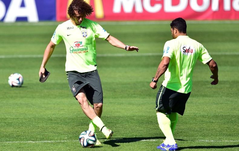 David Luiz bate bola com o Hulk durante treino da seleção brasileira na Granja Comary