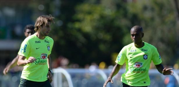 Zagueiro Henrique conduz bola durante treino da seleção brasileiro na Granja Comary