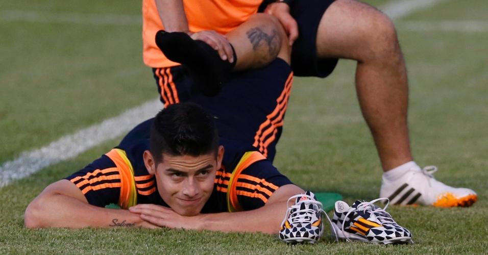 03.jul.2014 - James Rodríguez faz alongamento durante treinamento da seleção colombiana em Fortaleza