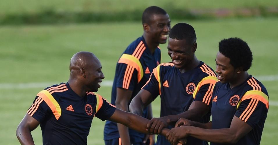 Armero brinca com seus companheiros colombianos durante treino em Fortaleza, na véspera da partida contra o Brasil, pelas quartas de final da Copa