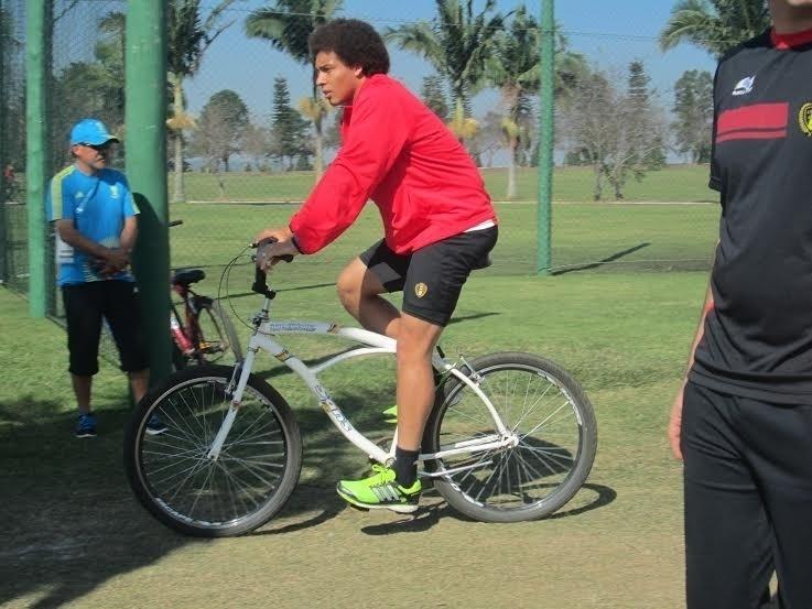 03.jul.2014 - Axel Witsel, meia da Bélgica, anda de bicicleta durante treinamento da sua seleção em Mogi das Cruzes