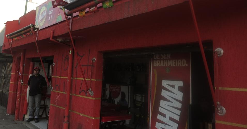 Bar e Lanchonete Família Oliveira, entre a estação Artur Alvim do metrô e o estádio Itaquerão, em São Paulo.