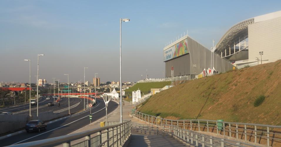 Calçada de acesso ao Itaquerão desde a estação Artur Alvim do metrô.