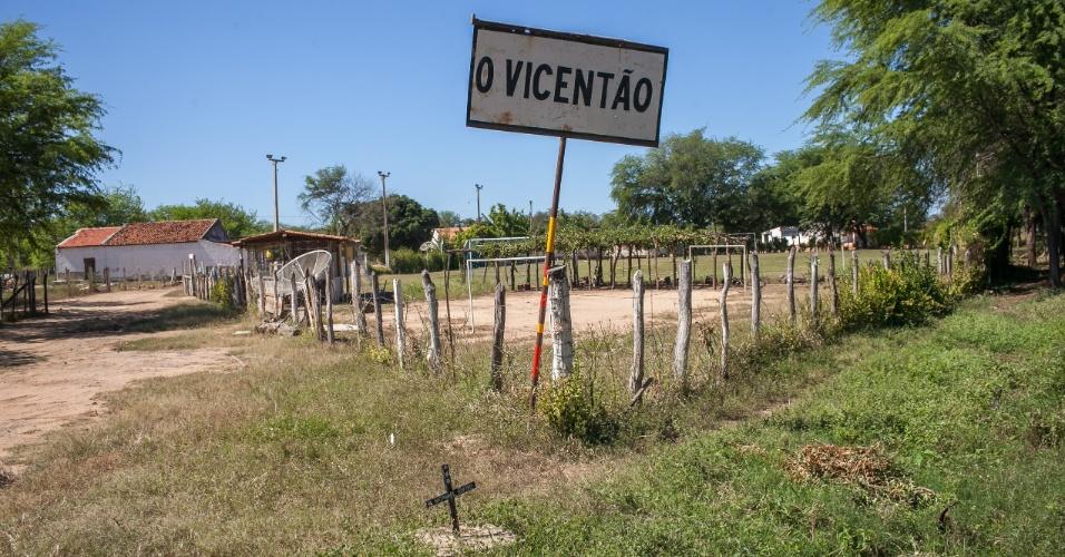 """Campo de futebol chamado de """"O Vicentão"""" na estrada a caminho de Serra Talhada."""