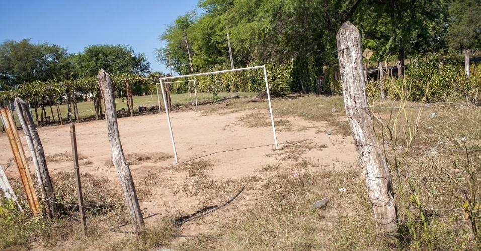 """Campo de futebol chamado de """"O Vicentão"""" na estrada a caminho de Serra Talhada no interior do Pernambuco"""