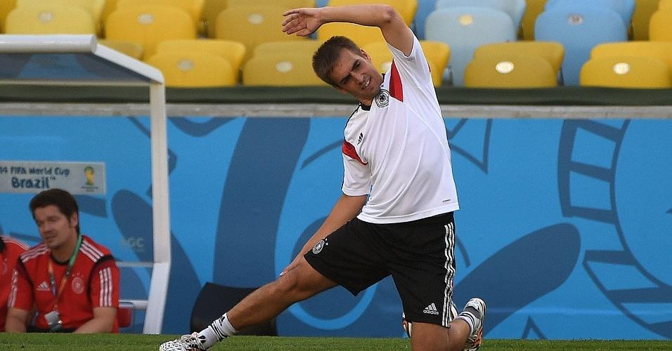 03.jul.2014 - Capitão alemão Philipp Lahm faz alongamento antes de início do treino da seleção, no Maracanã