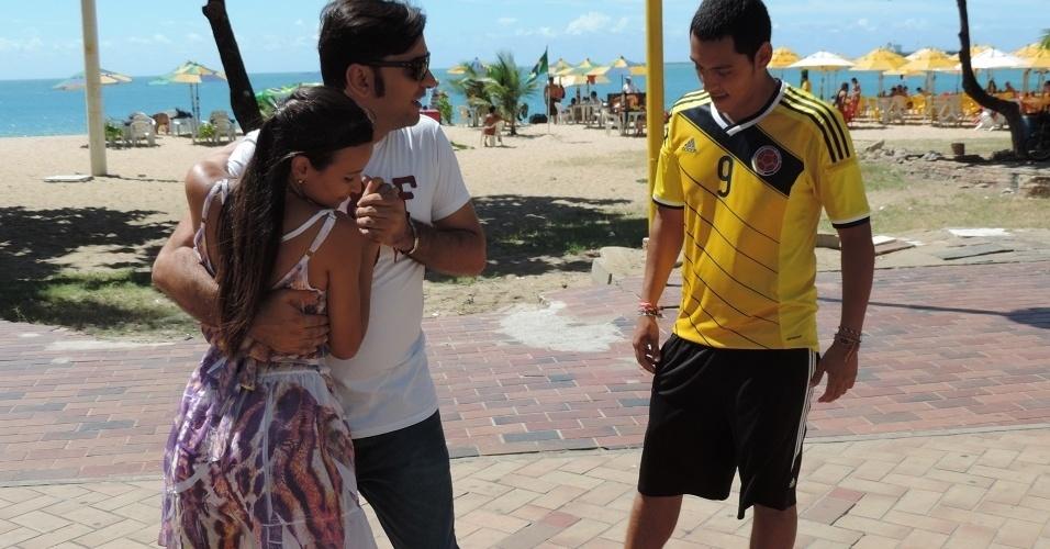 Carlos Orosco observas as dicas de forró de casal brasileiro na orla de Fortaleza