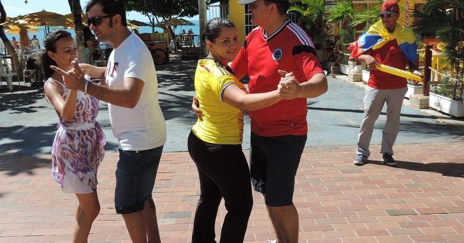 Casal de colombianos tenta aprender forró com brasileiros na orla de Fortaleza