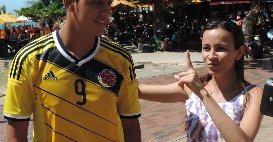 Colombiano Carlos Orosco recebe dicas de forró de brasileiros na orla de Fortaleza