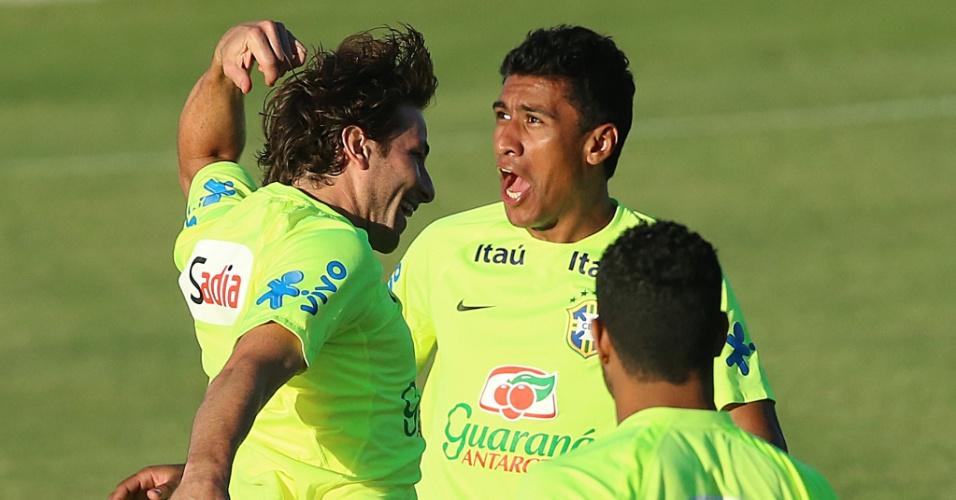 03.jul.2014 - Com cara de assustado, Paulinho brinca com companheiros de seleção brasileira no estádio Presidente Vargas
