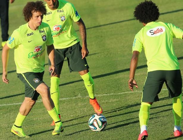 03.jul.2014 - David Luiz controla a bola durante treino do Brasil no estádio Presidente Vargas, em Fortaleza. A seleção enfrenta a Colômbia nesta sexta-feira, no Castelão