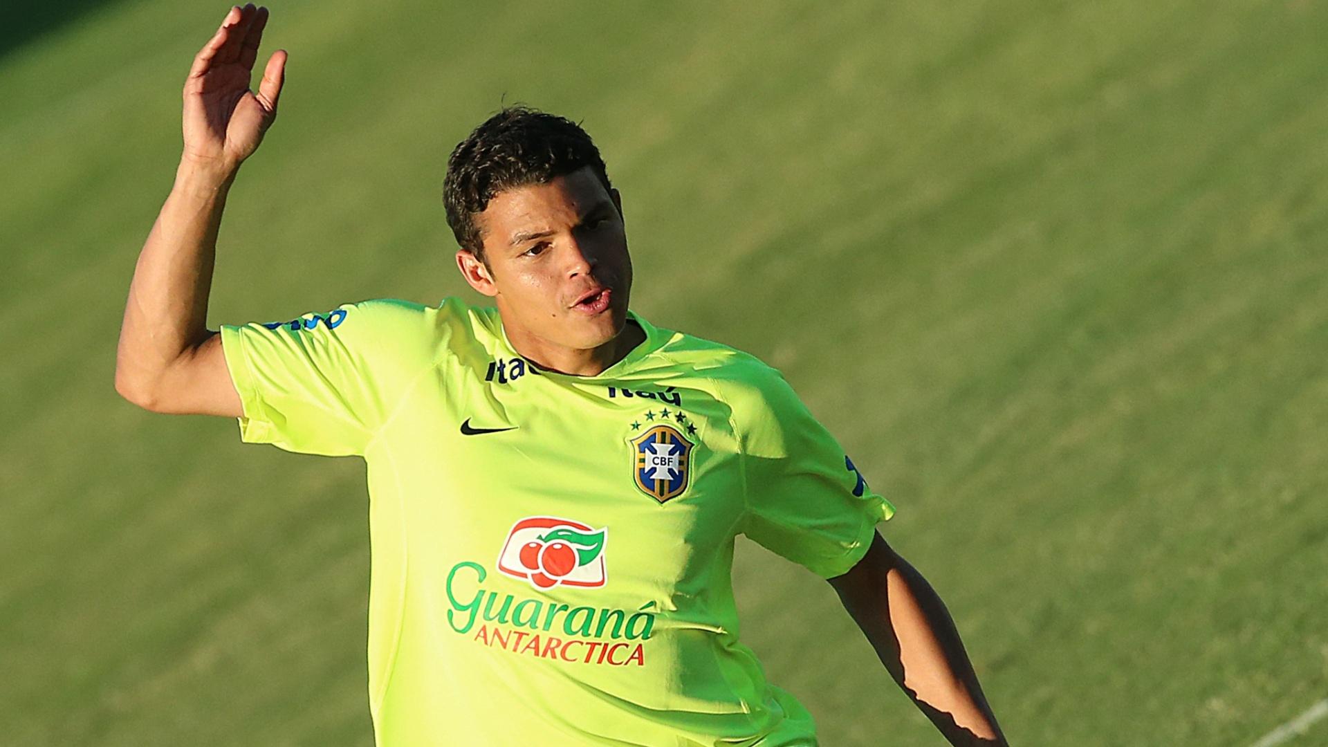 03.jul.2014 - Depois de participar da entrevista coletiva, capitão Thiago Silva treina no gramado do estádio Presidente Vargas, em Fortaleza