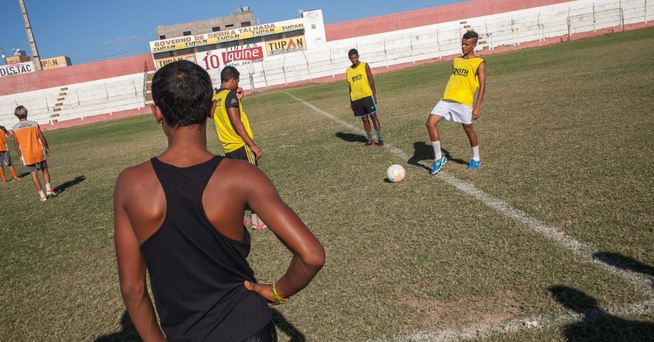 Garotos fazem teste para categoria de base do Serra Talhada Futebol Clube no estadio Estádio Municipal Nildo Pereira de Menezes, mais conhecido com Pereirão.