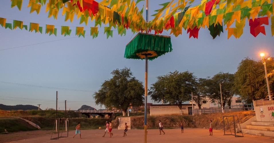 Garotos jogam bola no famoso xaxódromo da cidade, preparado para a torcida pela seleção