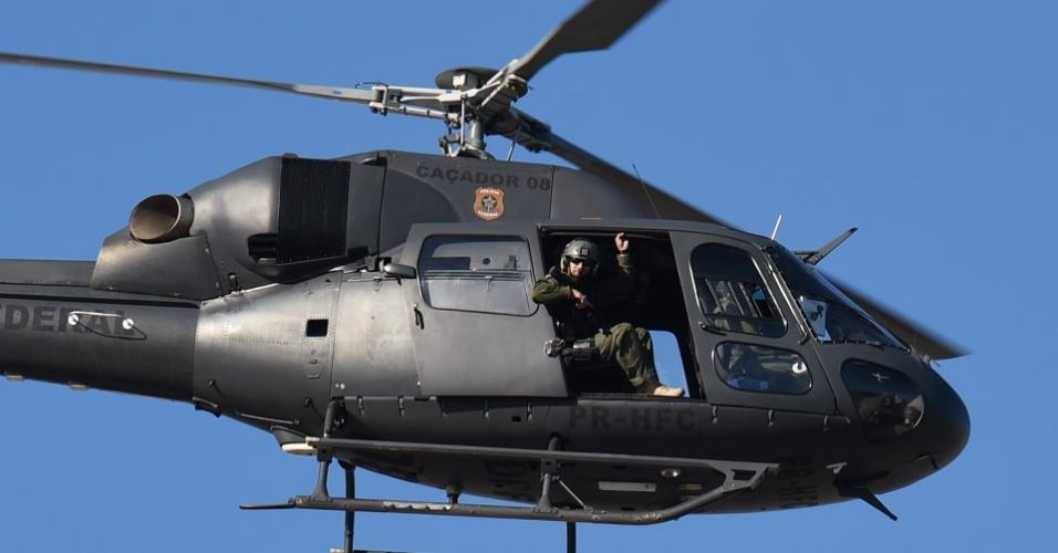 03.jul.2014 - Helicóptero do exército sobrevoa a região do estádio Presidente Vargas, em Fortaleza, onde a seleção brasileira realiza treinamento para a partida contra a Colômbia