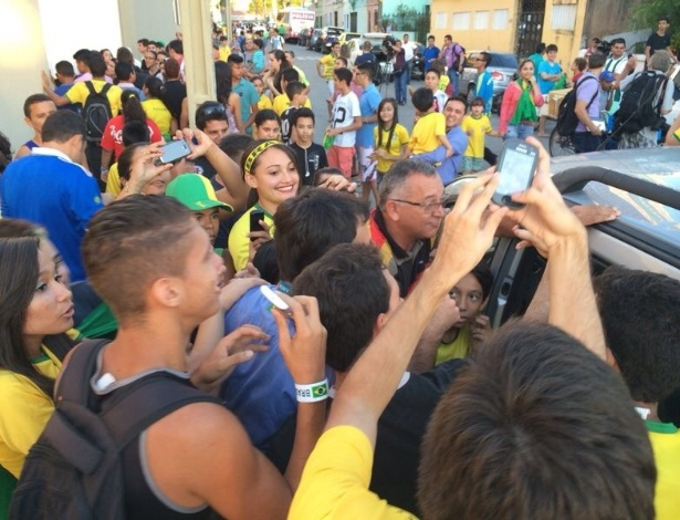 Imprensa foi bastante assediada na saída do Presidente Vargas. Carro da Rede Globo com o repórter Tino Marcos foi cercado por torcedores