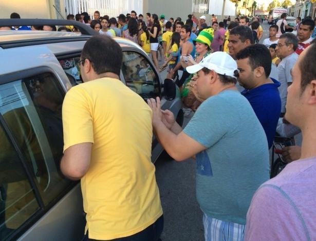Imprensa foi muito assediada na saída do estádio Presidente Vargas. Carro da Globo com o repórter Tino Marcos foi cercado por torcedores