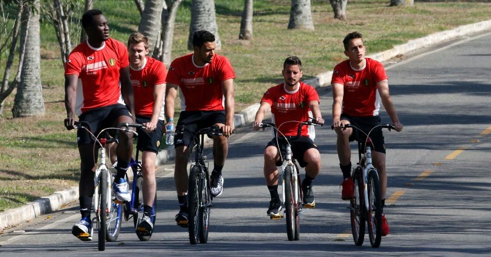 Jogadores da Bélgica se divertem nas bicicletas após treino em Mogi das Cruzes