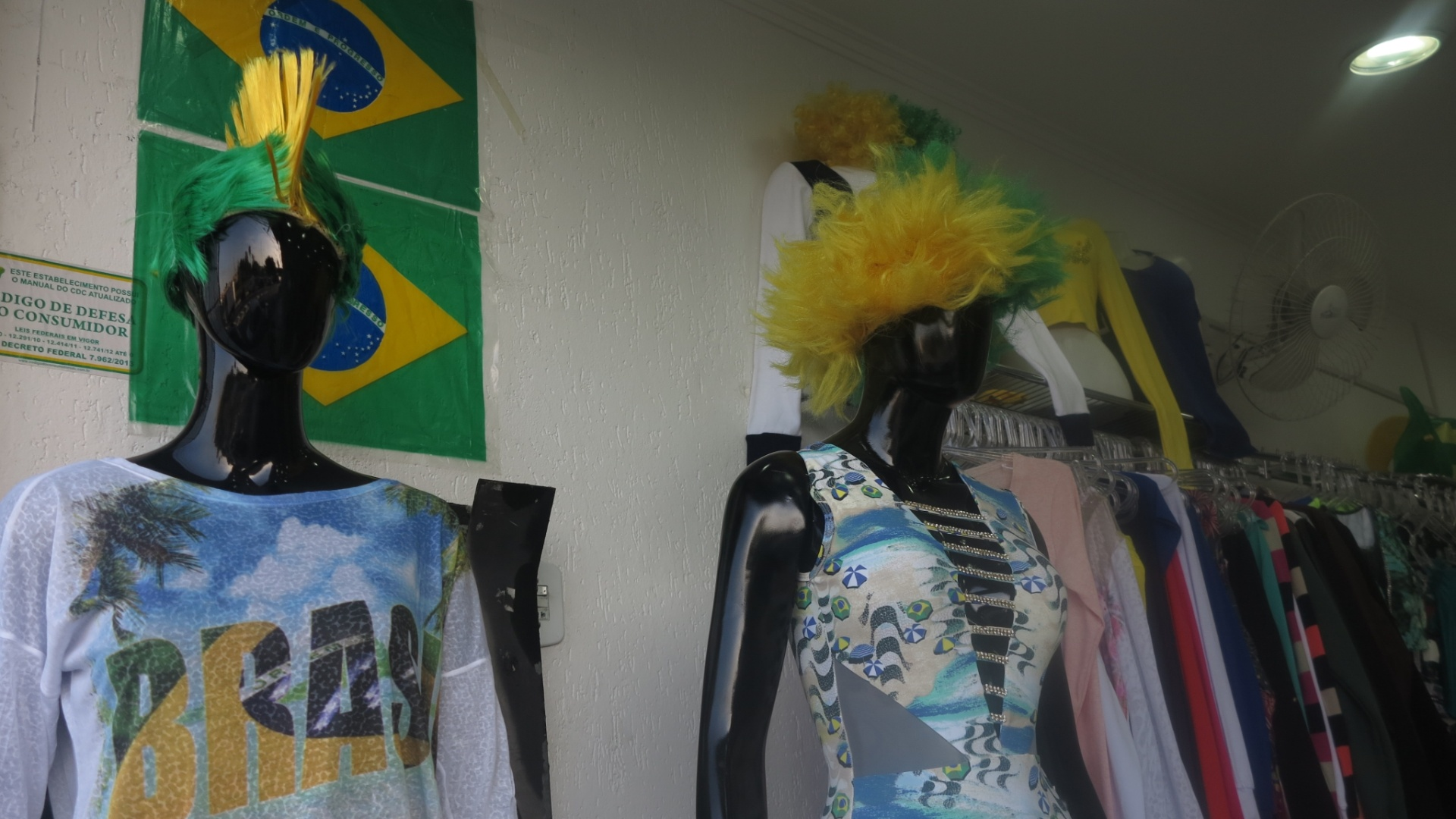 Loja de roupas femininas entre a estação Artur Alvim do metrô e o estádio Itaquerão, em São Paulo.