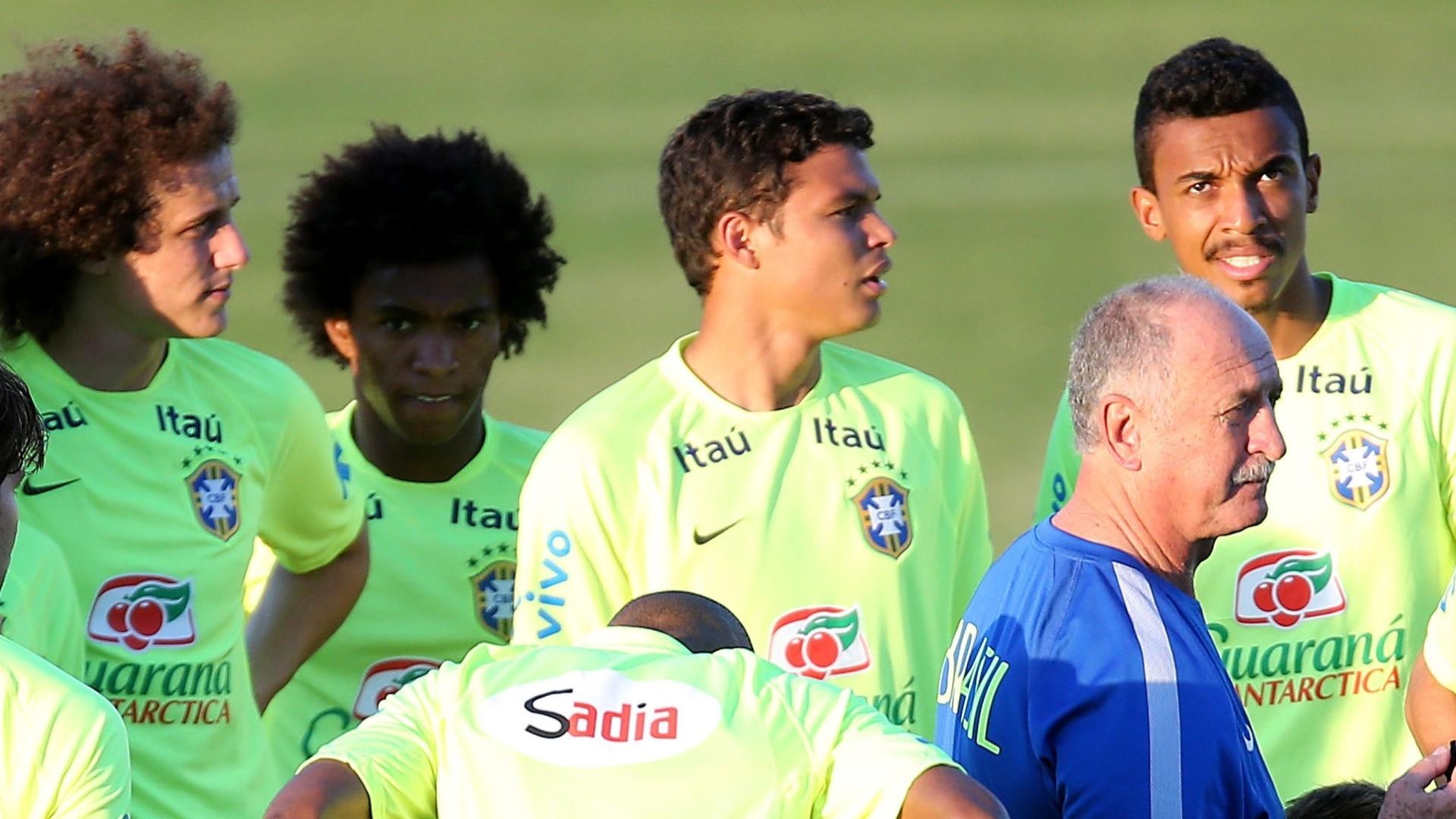 03.jul.2014 - Luiz Felipe Scolari orienta os jogadores da seleção brasileira durante o treino no estádio Presidente Vargas, em Fortaleza