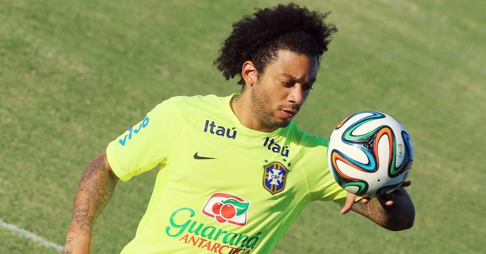 03.jul.2014 - Marcelo controla a bola com a mão no treino do Brasil no estádio Presidente Vargas, em Fortaleza