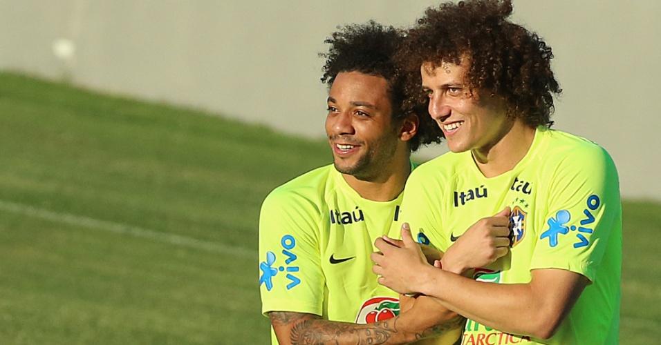 Marcelo e David Luiz se abraçam e brincam no treino da seleção no estádio Presidente Vargas, em Fortaleza