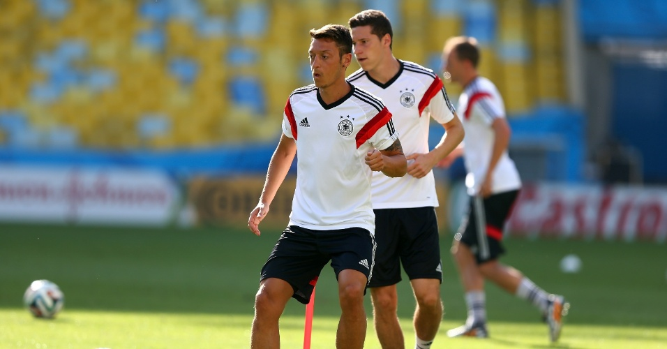 03.jul.2014 - Meia Özil treina com a seleção alemã no estádio do Maracanã, que recebe a França nesta sexta-feira, pelas quartas de final da Copa