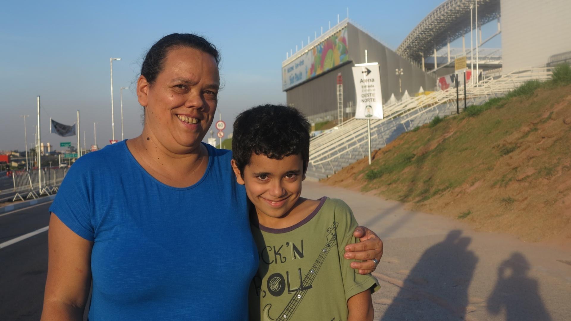 Moradores da Penha aproveitam para tirar fotos do Itaquerão, novo ponto turístico da zona Leste de São Paulo.