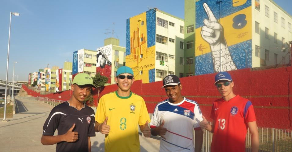 Moradores do Cohab 1 entre a estação Artur Alvim do metrô e o estádio Itaquerão, em São Paulo.