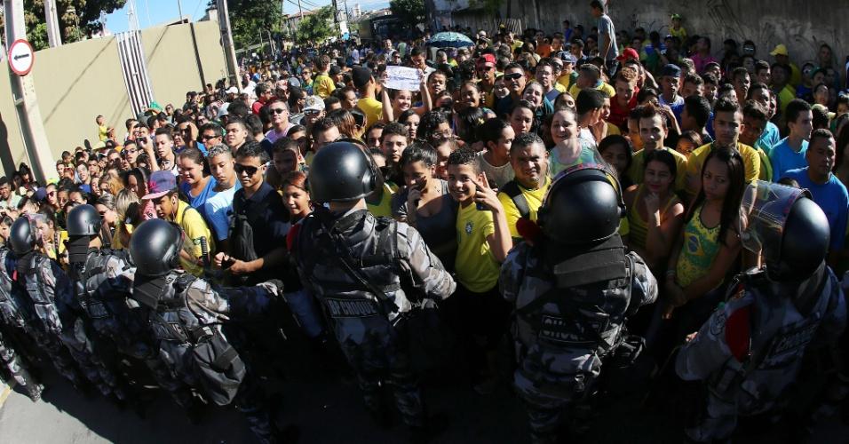 03.jul.2014 - Multidão do lado de fora do estádio Presidente Vargas aguarda o início do treinamento da seleção brasileira, na véspera do jogo contra a Colômbia