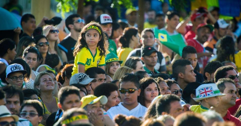 03.jul.2014 - Multidão do lado de fora do estádio Presidente Vargas aguarda a chegada da seleção brasileira, na véspera do jogo contra a Colômbia