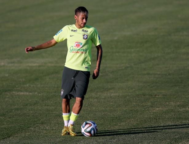 03.jul.2014 - Neymar carrega a bola no gramado do estádio Presidente Vargas. Depois de passar por tratamento por uma pancada no joelho, o atacante treina na véspera do jogo contra a Colômbia, em Fortaleza