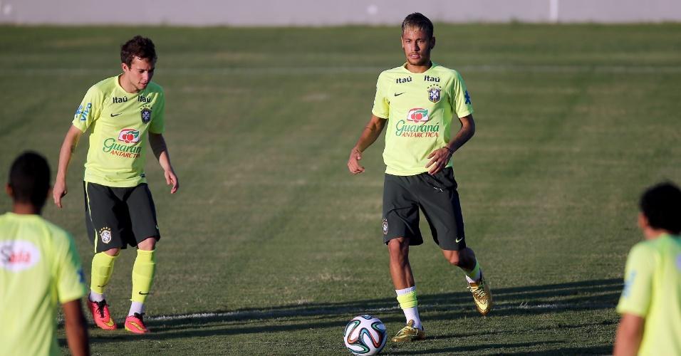 """03.jul.2014 - Neymar e Bernard participam de """"rodinha"""", durante o treinamento da seleção brasileira no estádio Presidente Vargas, em Fortaleza"""