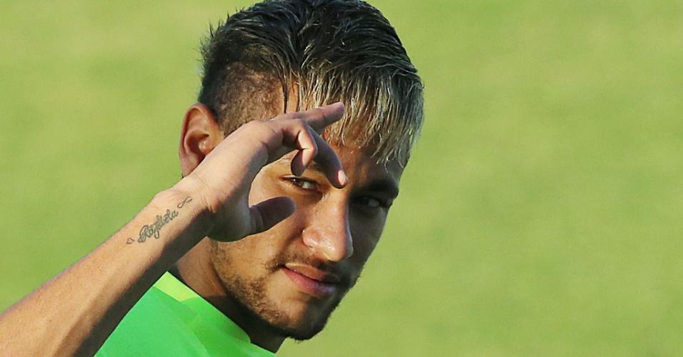 03.jul.2014 - Neymar faz graça durante o treino da seleção brasileira em Fortaleza, na véspera da partida contra a Colômbia, pelas quartas de final da Copa