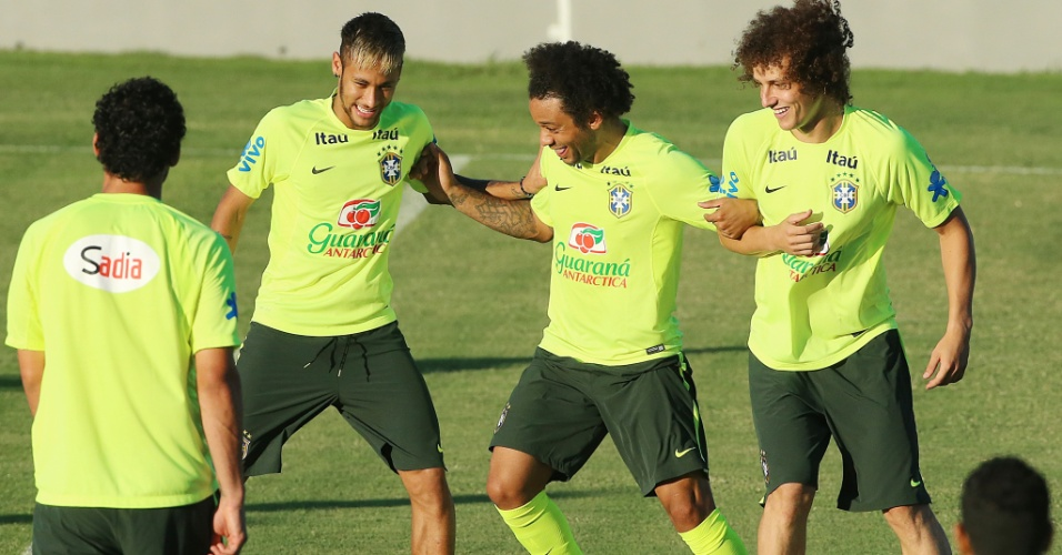Neymar, Marcelo e David Luiz (esq. para dir.) brincam durante treino da seleção brasileira no Presidente Vargas