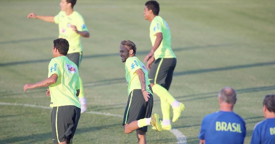 03.jul.2014 - Observados por Felipão, jogadores brasileiros fazem aquecimento no gramado do estádio Presidente Vargas, em Fortaleza
