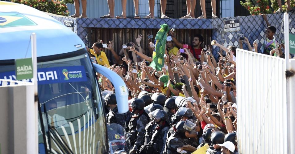 Ônibus da seleção brasileira precisa passar por multidão para entrar no estádio Presidente Vargas, onde treinou para a partida contra a Colômbia