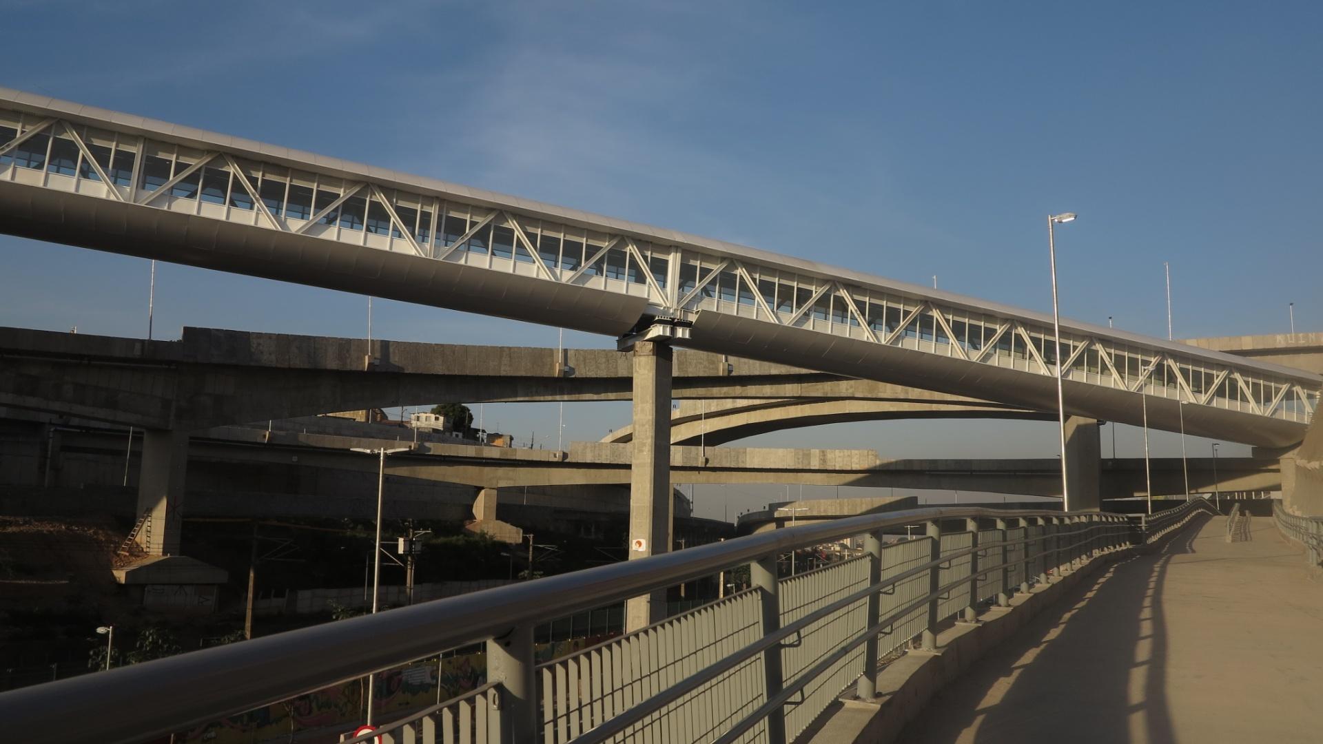 Passarela que liga o Cohab 1 ao outro lado da Radial Leste, construída junto com o Itaquerão.