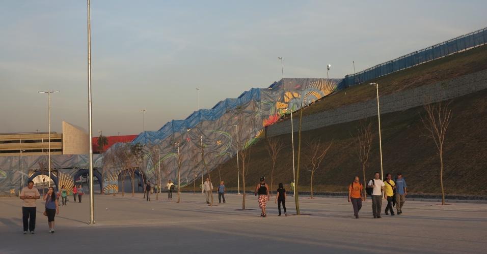 Pátio entre o Itaquerão, novo ponto turístico da zona Leste de São Paulo, e a passarela de acesso ao metrô Itaquera.