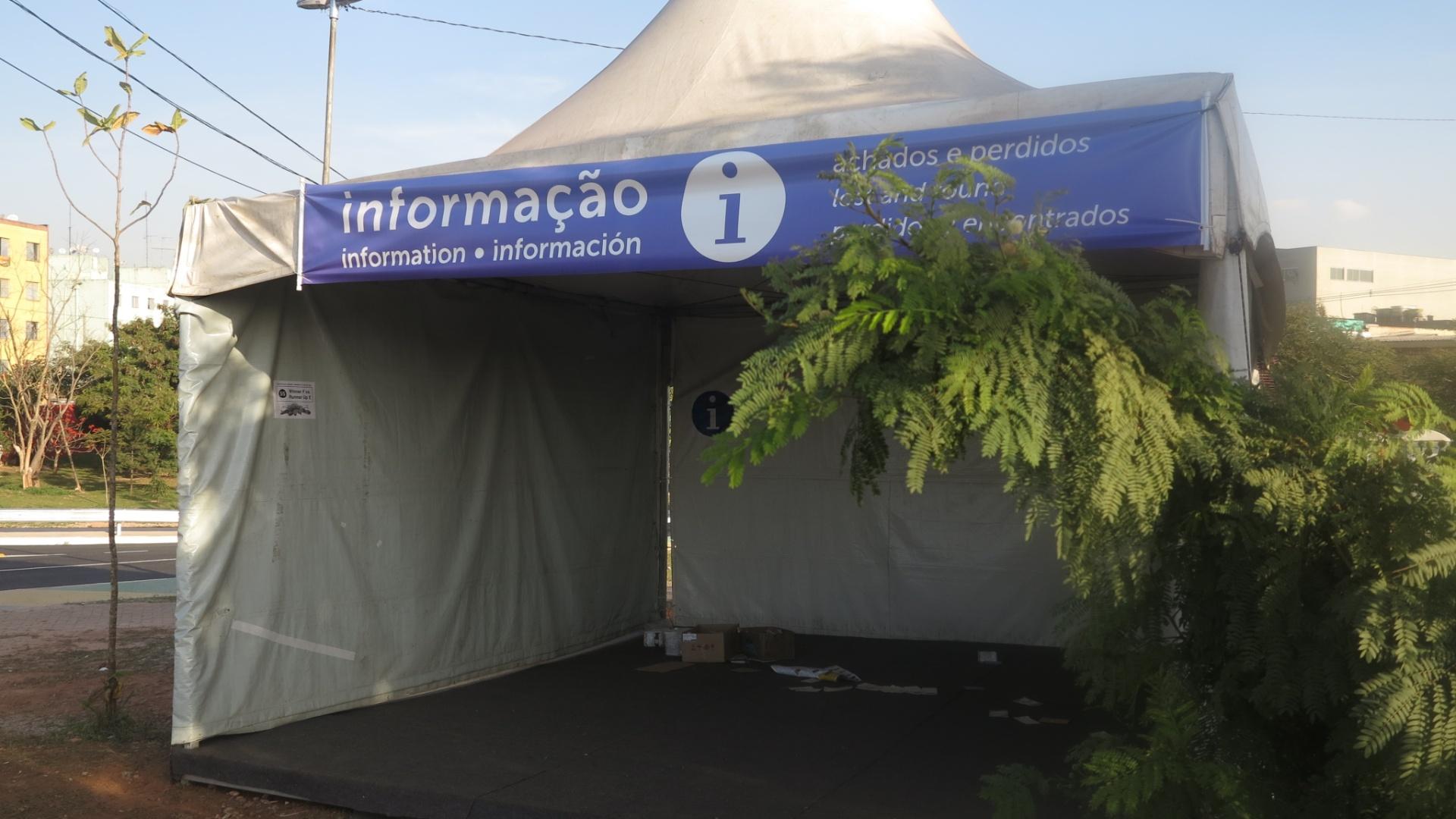 Posto de informações vazio entre a estação Artur Alvim do metrô e o estádio Itaquerão, em São Paulo.