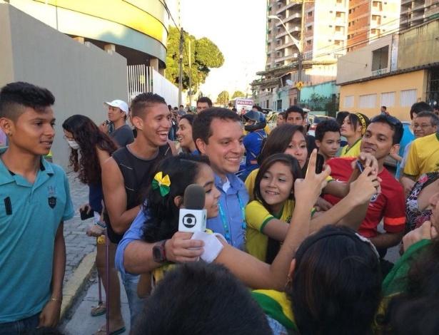Repórter Fábio Pizzato, da Rede Globo, foi bastante assediado por torcedores no entorno do Presidente Vargas